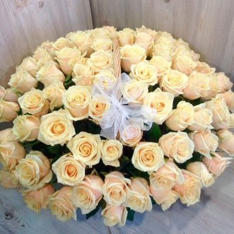 101 кремовая роза в корзине