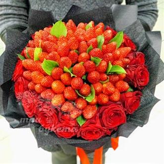 Букет из 101 клубники и роз